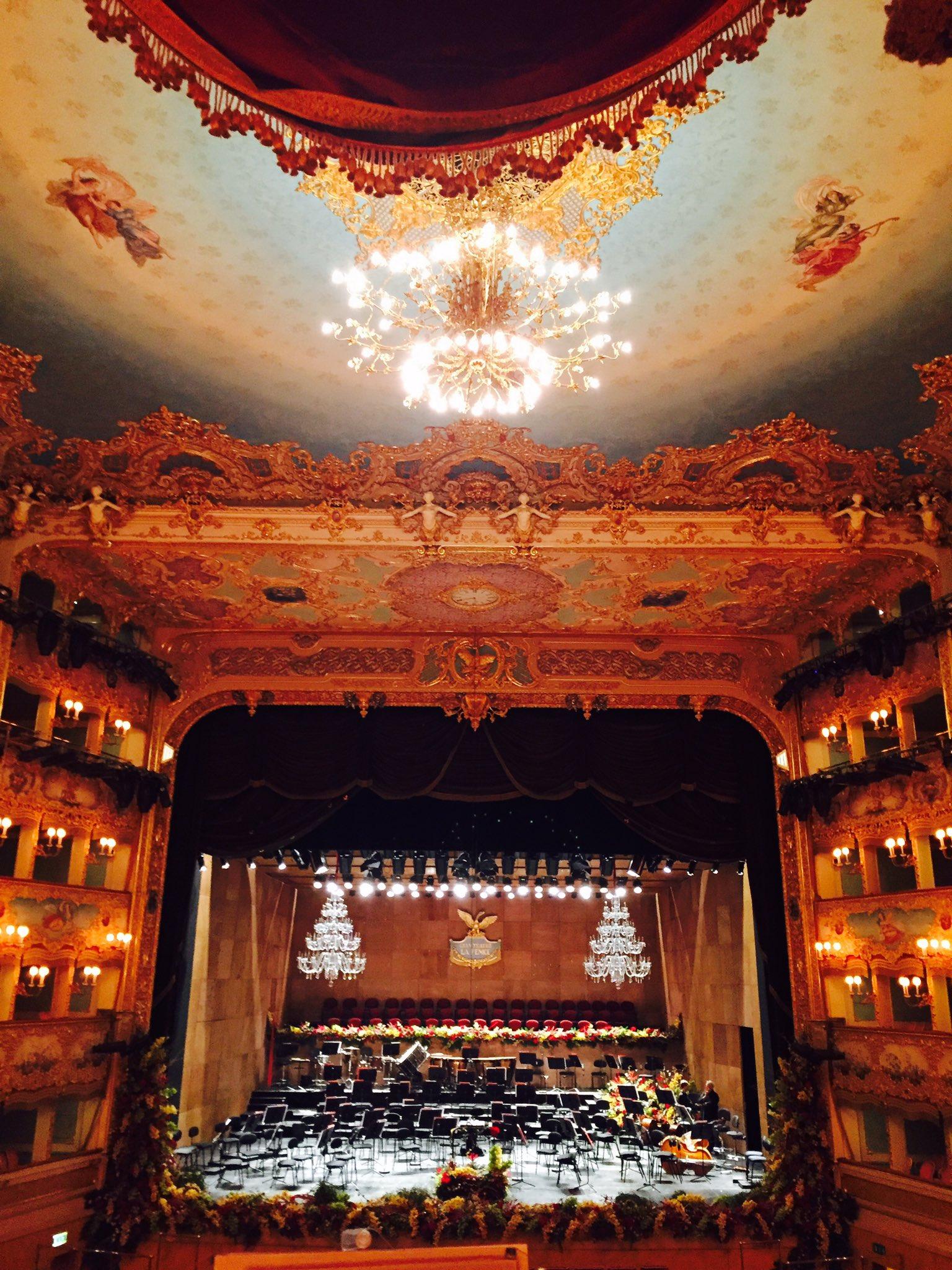 Un jour j'en verrai un #opera @teatrolafenice et cela sera bellissimo 🌟✨🌟 https://t.co/PJJvGHCWA8
