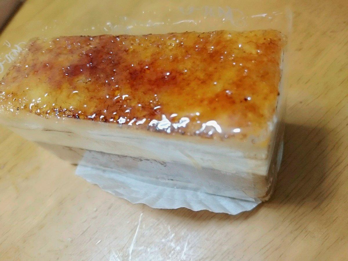 こっそりほろよい呑みました????????  胃腸炎でクリスマスを 寝て過ごしていた私は 今日遅めのクリスマス とゆうことで 家族にケーキを買ってきました。  太っ腹。  これわたちのケーキ。たべないで https://t.co/p3erM6euH0