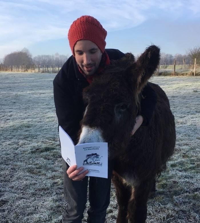 Sur cette photo, une bête réputée stupide lit le manifeste de l'AnimalPolitique. À ses côtés, un âne.