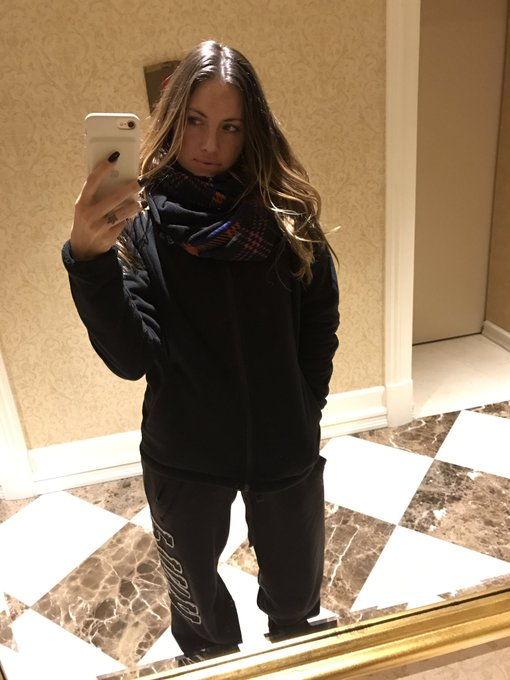 Bundled up in the cold to acquire 🍷and 🍕 https://t.co/f7GnSnM4Pr