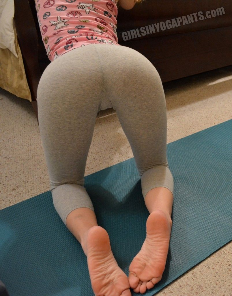 Sexy amateur girl drops her yoga pants to flaunt her sexy chubby butt naked  1752695
