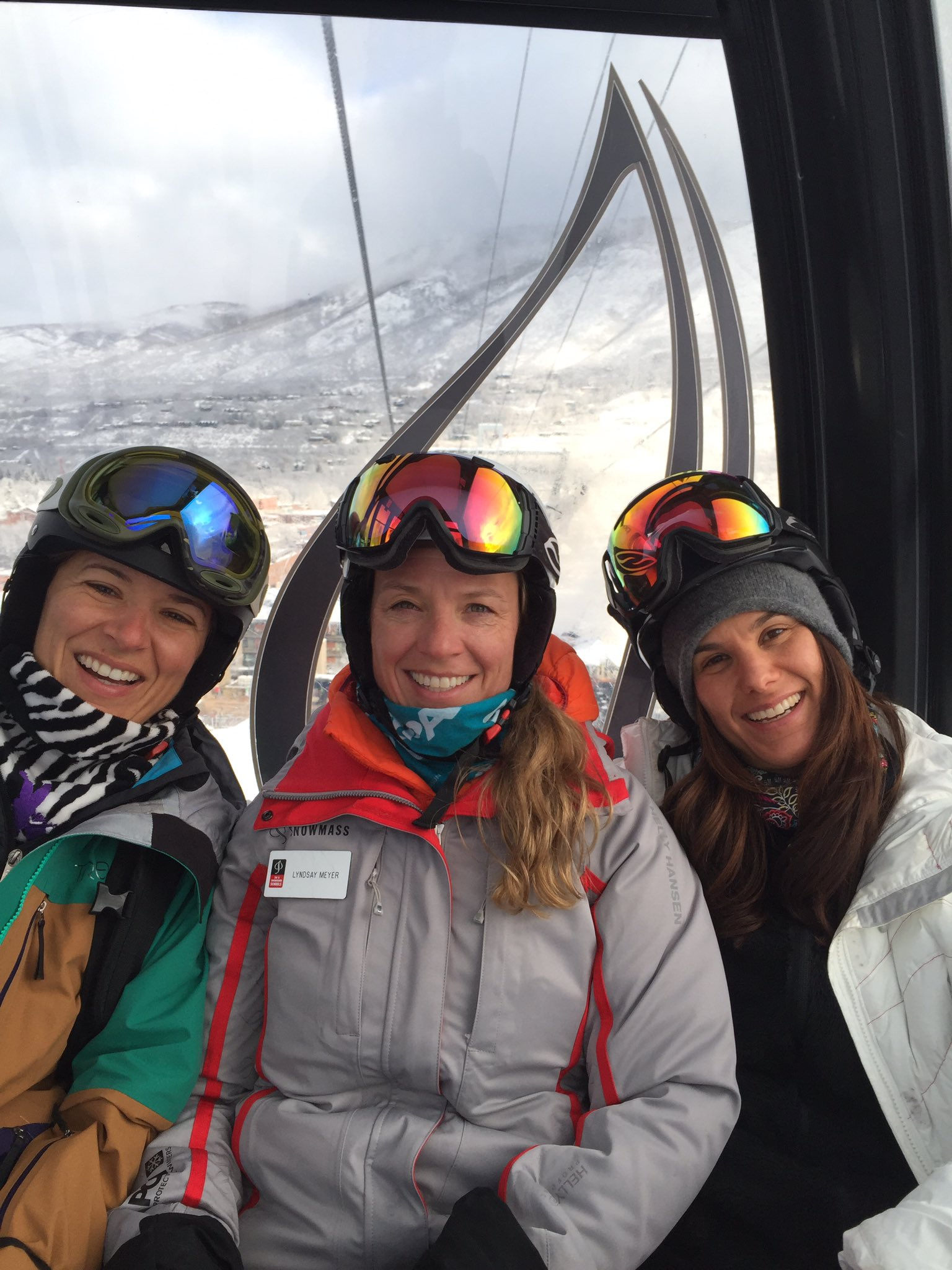 The ladies are all smiles, because it's a powder day @AspenSnowmass @lyndski @AYogaSociety @mmuric https://t.co/a02xOMepge