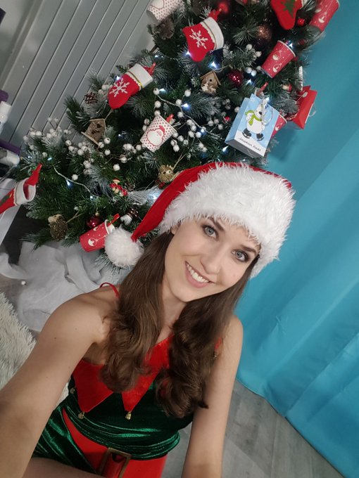 Ready les loulous? 🎁🎁🎁 rdv dans 25min sur https://t.co/1imE3V3I7R pour la cam de #Noël #kdo #camgirl