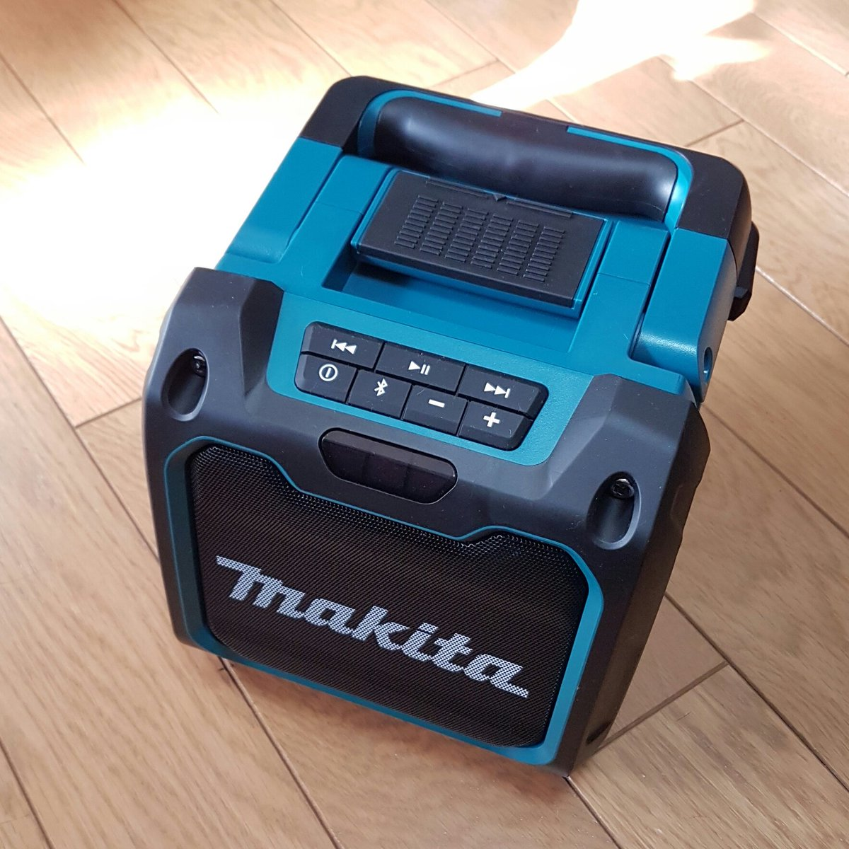 マキタのBluetooth対応スピーカーかっこよすぎる。37時間連続再生とかほんと頭おかしい(褒めてる https://t.co/0ZNwo57rq6