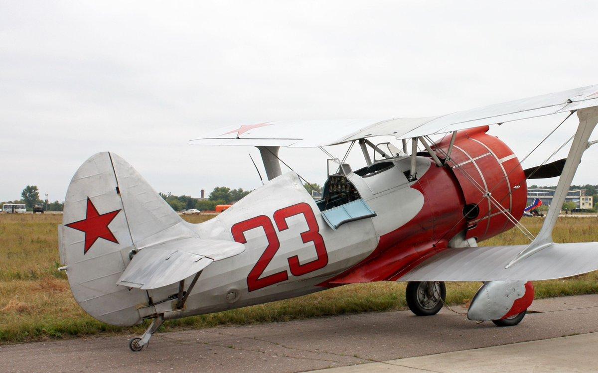 #クリスマスなので紅白のひこうきを貼る 紅白と言えば雪の白と革命の赤!っていう事でやっぱかの国の飛行機が出てきますね。あ