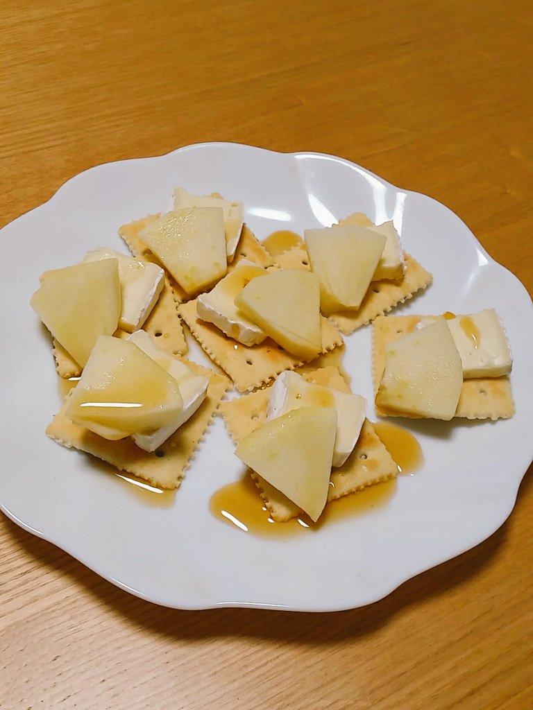 今日初めて作ったけど美味しかった「ぶりんご」クラッカーにブリーチーズとリンゴ切ったののせて、メープルシロップかけるだけワ