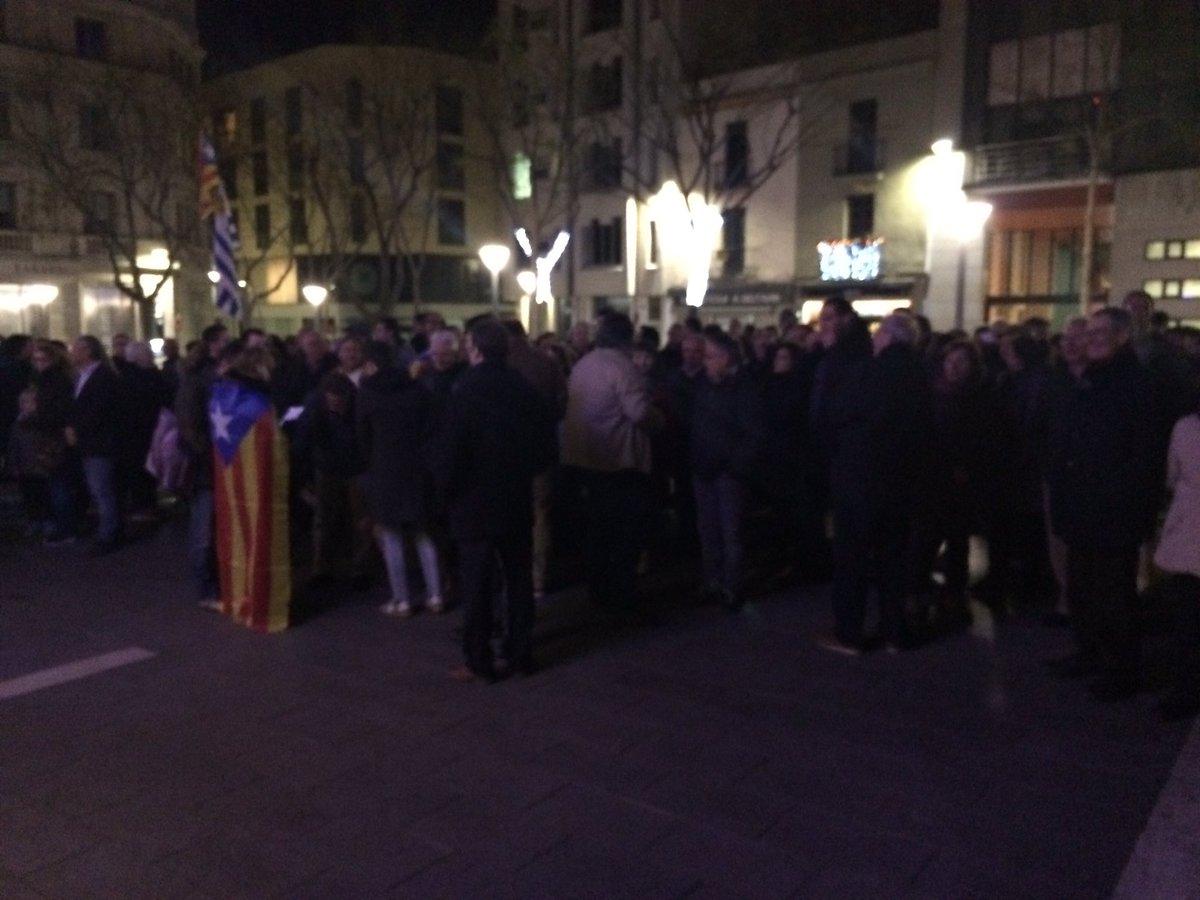 Entre 200 i 300 persones s'han concentrat aquesta tarda a Sabadell en suport al regidor de Vic @joancomaroura https://t.co/rr3i7zVcbu