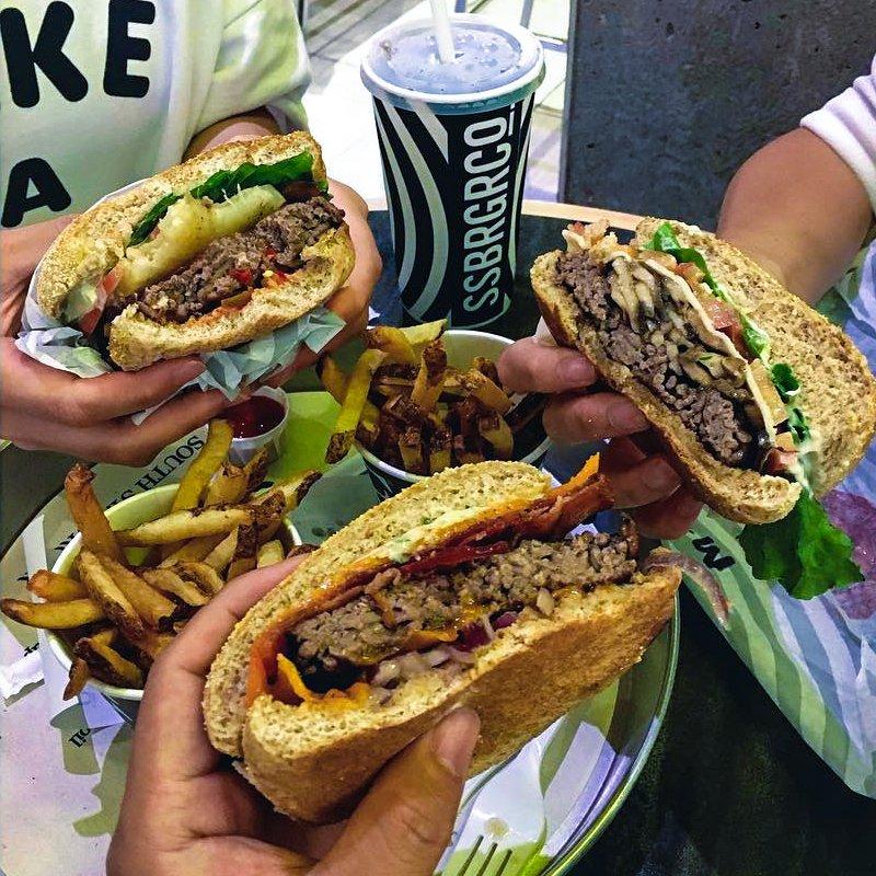 Cheers to #glutenfree buns. #southstburger #dinnerjustgotbetter https://t.co/P3A5Q8wPGH