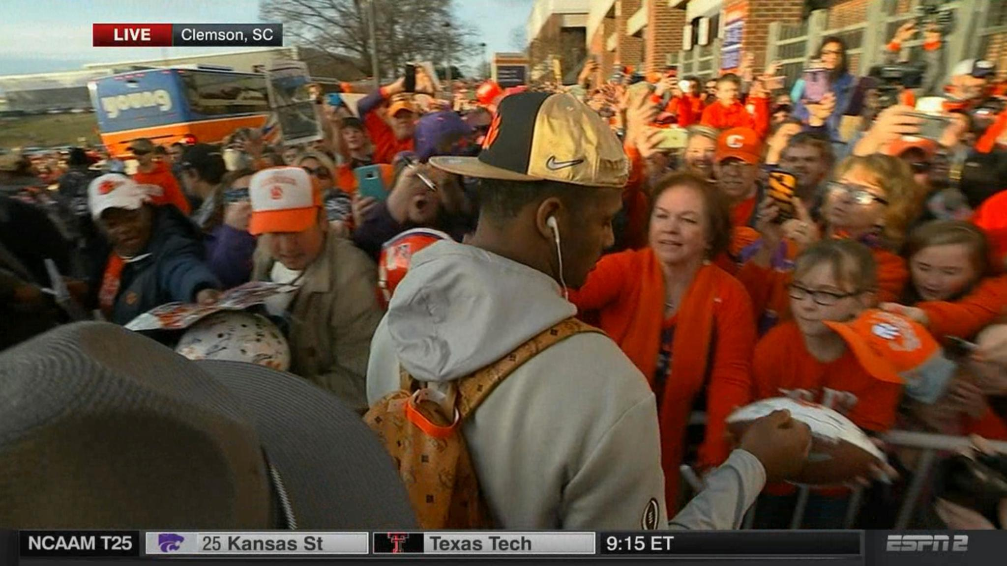 The Champs are back home.  Deshaun Watson and the Tigers arrive in Clemson. #LIVEonSC https://t.co/lBIdpzO8ua