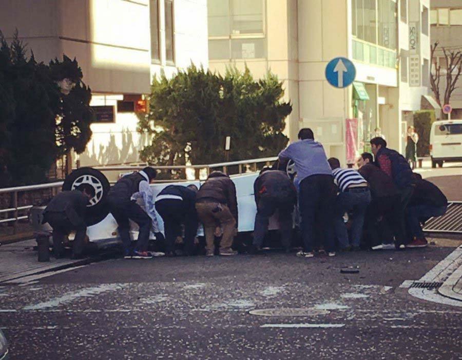 大晦日に神奈川県横須賀の立体駐車場で乗用車が5階から転落し大破した事故で、偶然現場に居合わせた沖縄の海兵隊員が一般市民と力を合わせ救出作業に尽力しました。 https://t.co/oW0E9Xh0MX https://t.co/VUHYgX1WpW
