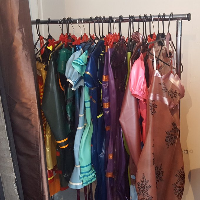 Reportage chez Mademoiselle Ilo aujourd'hui 😍 une créatrice de vêtements latex 🤗 #latex #rubber #fetish