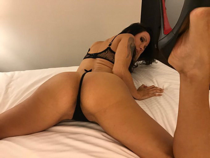 Good morning everyone! 💋#lingerie #milf #bootybootybooty #agentprovocateur #sexylingerie #sexy https://t