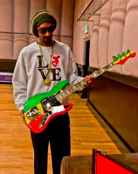 Check out @SnoopDogg  with a custom Rasta bass and our Neon strings! #drstrings https://t.co/gcHXz6u7ZR
