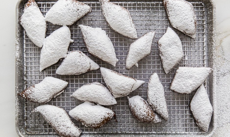 Beignets covered in sugar > sidewalks covered in snow https://t.co/OkC1cHDTI3 https://t.co/Yj3USTEQZo