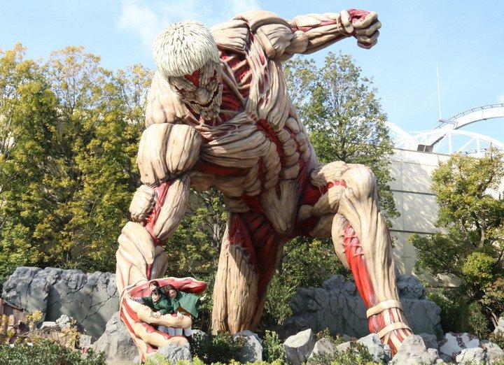 進撃の巨人:USJに実物大「鎧の巨人」がお目見え 身長15メートルで人間を捕獲!