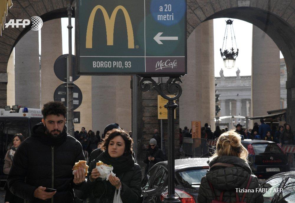 Au Vatican, des double-cheeseburgers aussi pour les SDF