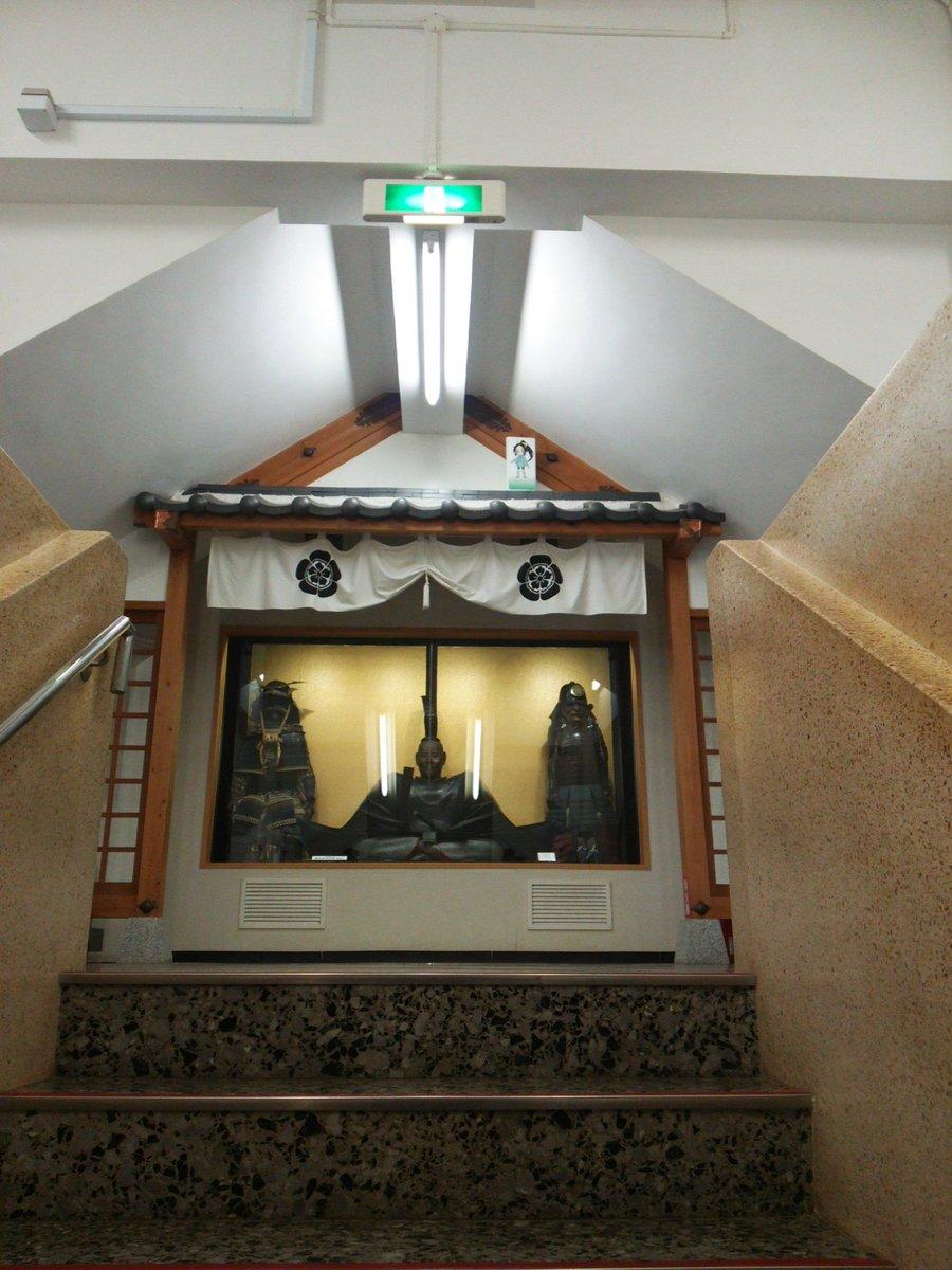 こちらは12月に岐阜城に隠れていた時の信長の忍び千鳥。1枚は京都大徳寺の信長像の複製品の屋根の上にいました。三面パネル