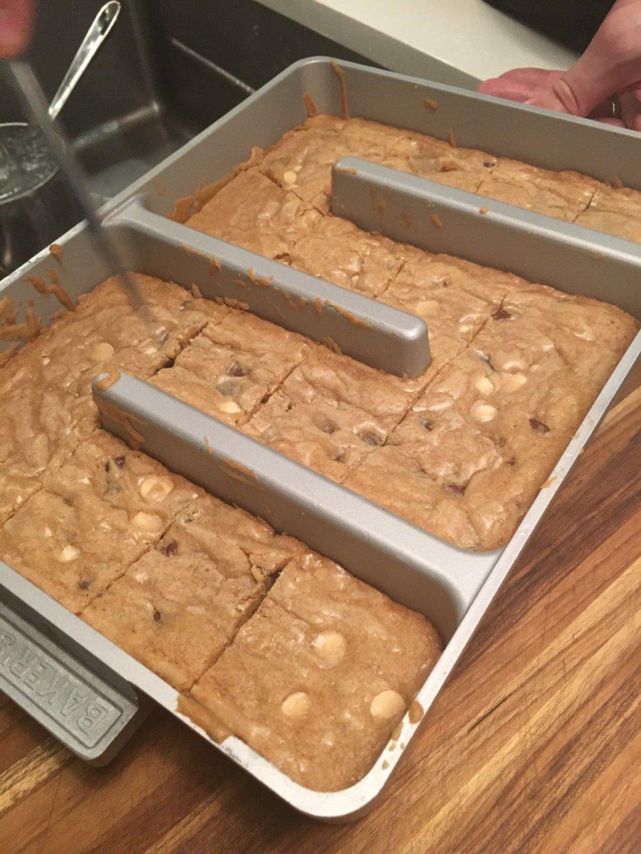 The all-edge brownie pan