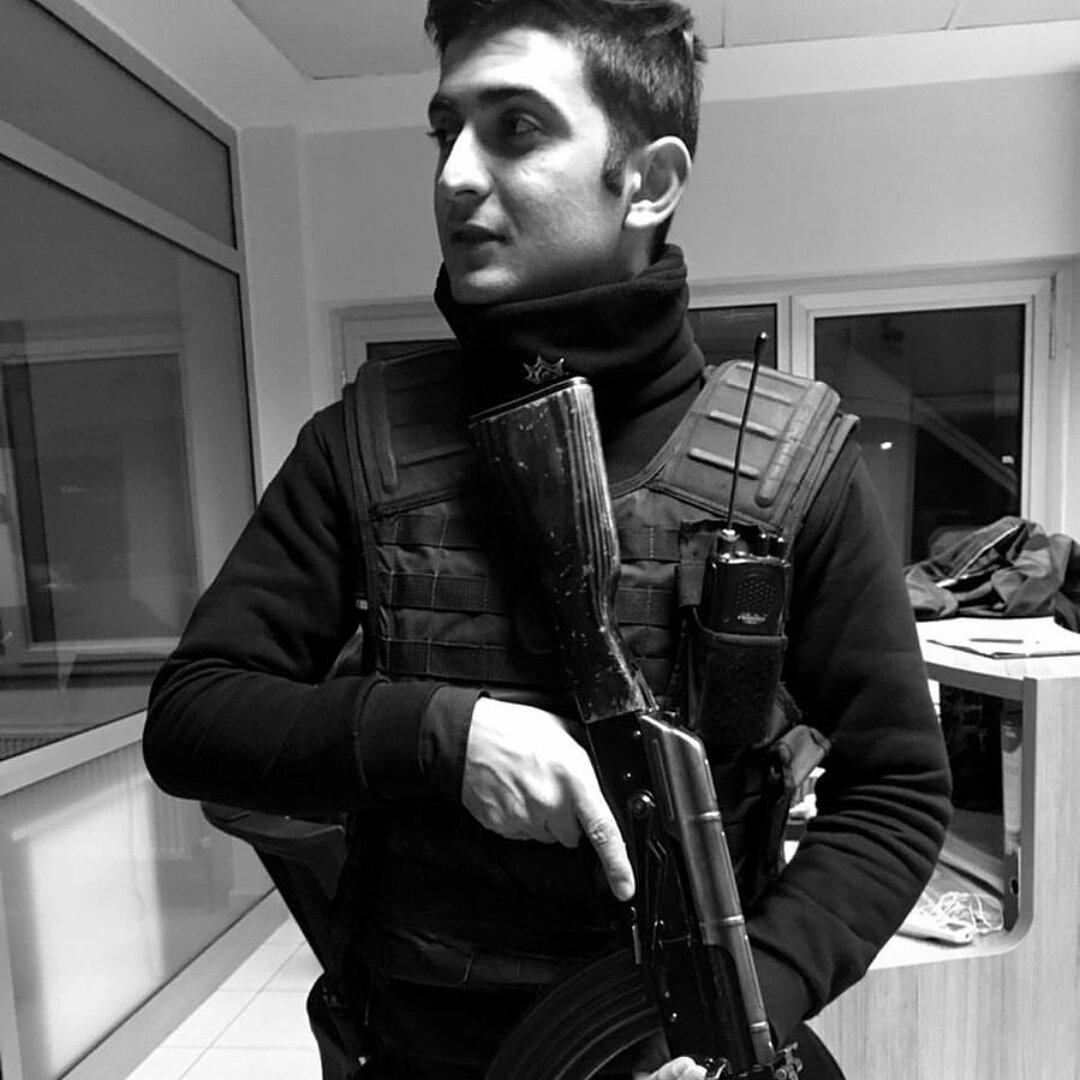 🇹🇷 #Istanbul Burak YILDIZ (né en 1995) est le policier qui a été abattu par l'assaillant devant la boite de nuit #Reina. Hommage. (@TTAgrup)