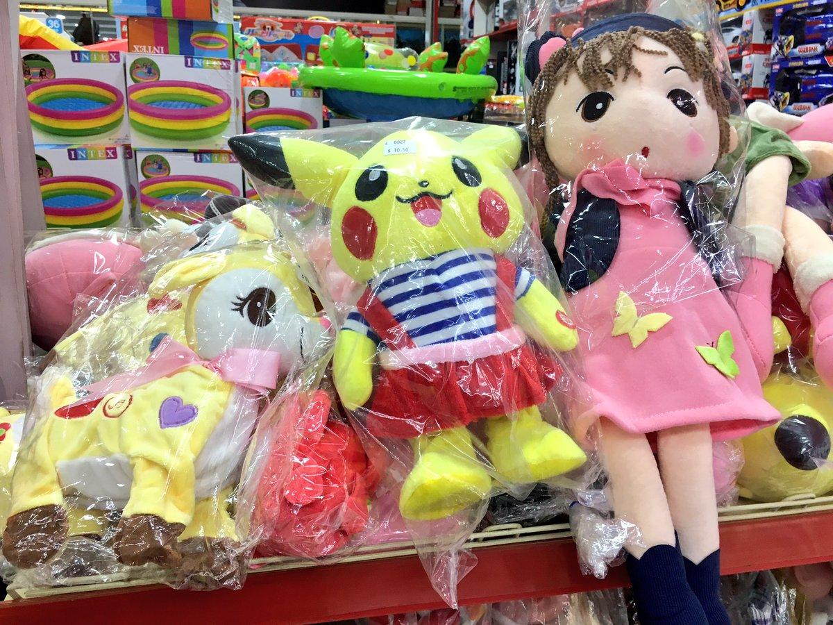 ピカチュウっぽいなにかと、マイリトルなにかと、女の子の人形。女の子、苺ましまろっぽくてちょっとかわいい。#カンボジア旅行