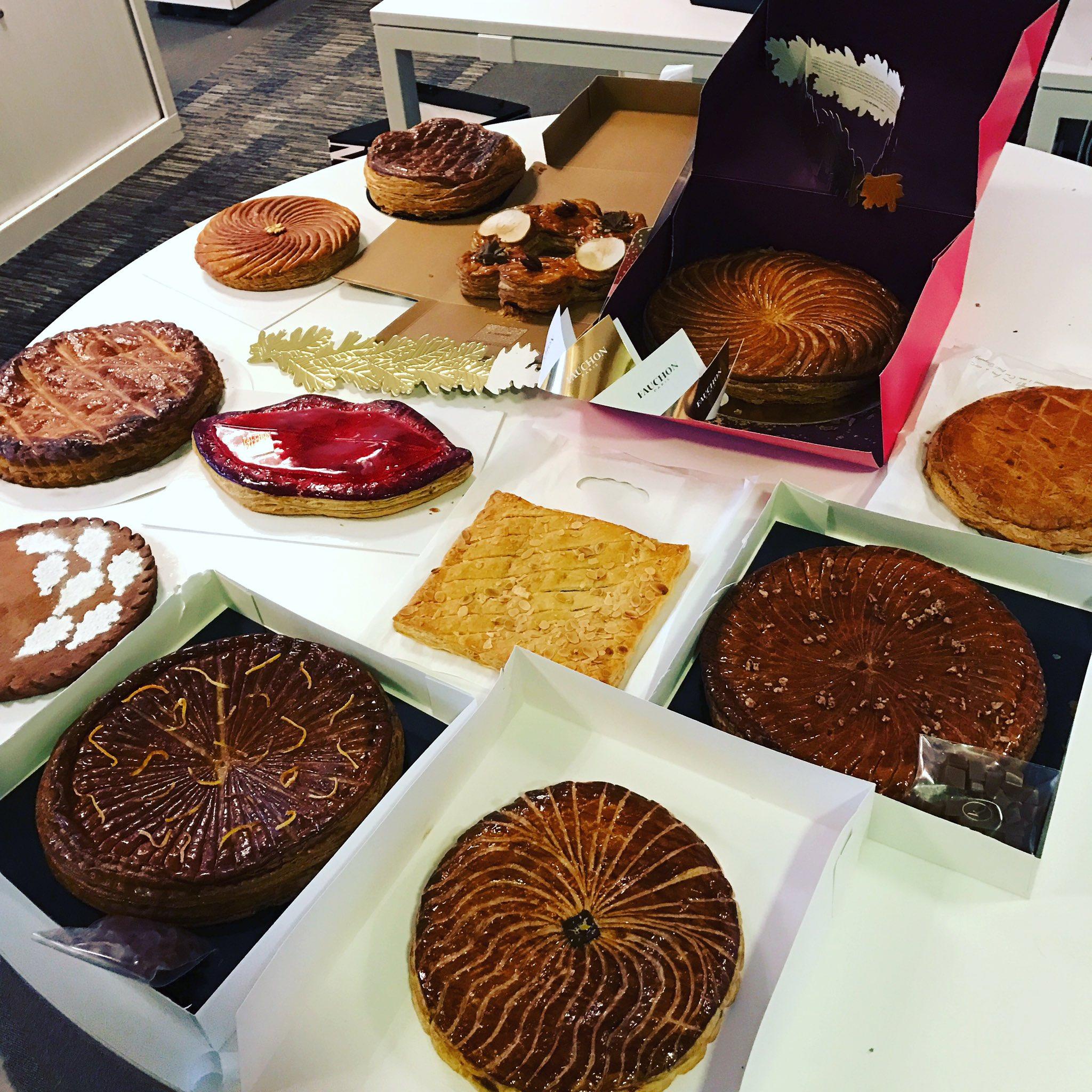 J'ai reçu 12 galettes au bureau : je suis de looooin la personne préférée de tout @grazia_fr aujourd'hui ✌️✌️#galettedesrois https://t.co/vZacmVpX7V