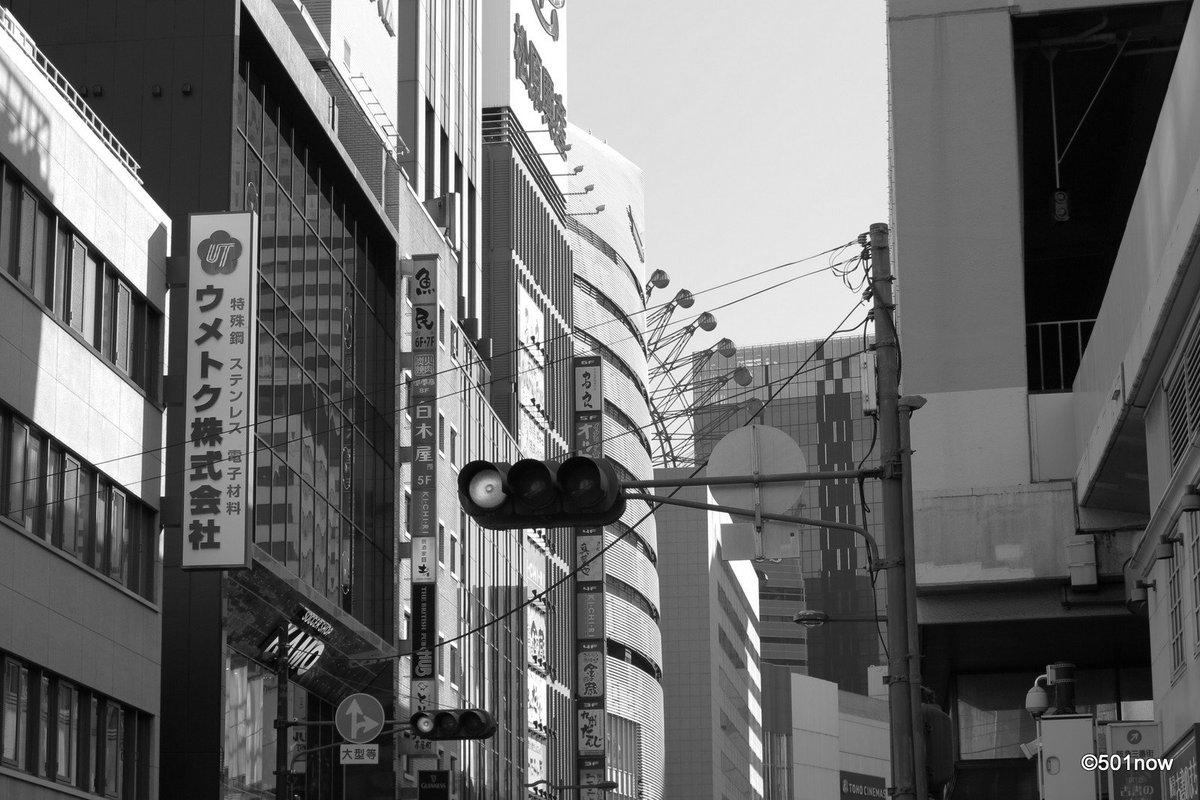 『梅田~信号』#大阪 #梅田#写真撮ってる人と繋がりたい#写真好きな人と繋がりたい#ファインダー越しの私の世界#写真 #