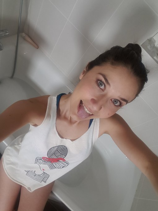 Rdv dans 15min sur https://t.co/1imE3V3I7R pour mon live cam sexy 😉 #camgirl #online #show #frenchbabe