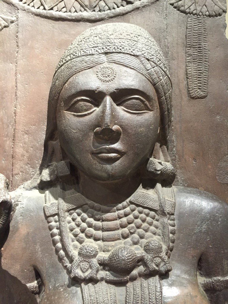 The complicated bindis are not just in TV serials. The Yakshi from Barhut stupa sports one too:-) 2nd cent BC https://t.co/pg8EwgPidb