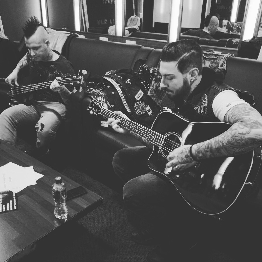 Almost show time.  Maybe we should play some new songs? What would you like to hear? #thestageworldtour https://t.co/zAkCCTpnx0
