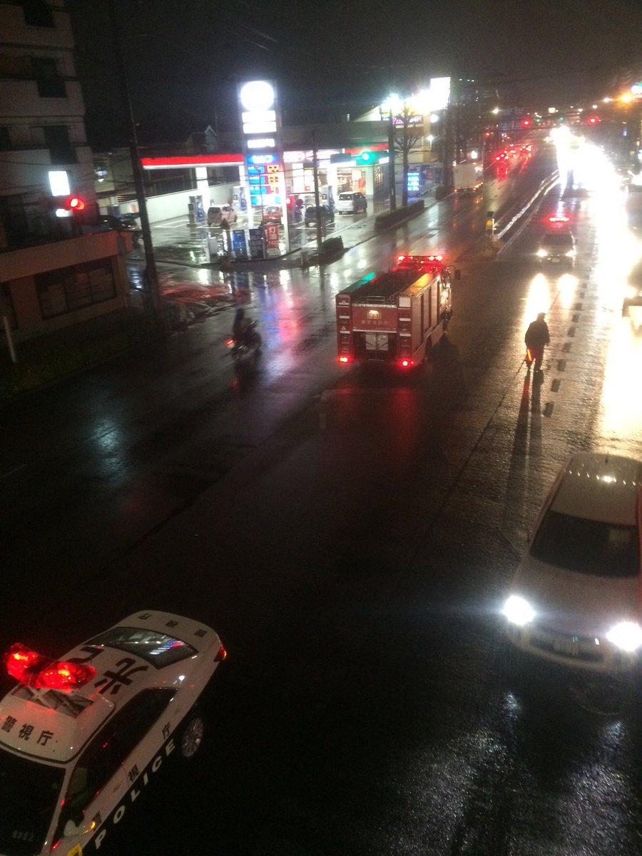 雨の笹目通りで焼き鳥屋さんのキッチンカーが中央分離帯に乗り上げたのか横転してた。プロパン積載だろうけど爆発しなくて不幸中の幸い。運転手さんも怪我が無いといいけど。 https://t.co/ryMrn8tmPh