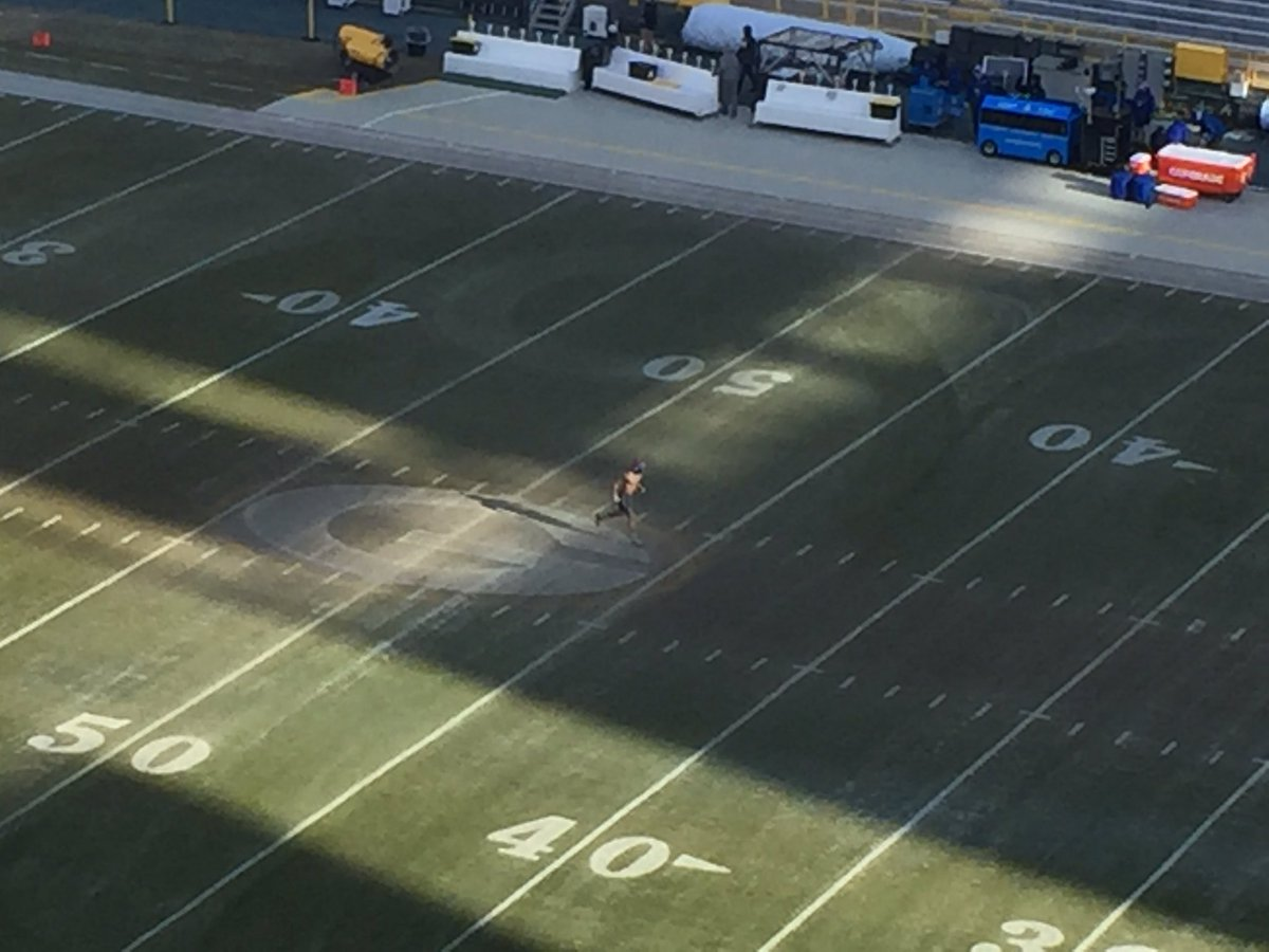 This is a shirtless Odell Beckham Jr. It is 13 degrees out there. https://t.co/nnCfJbyIa2
