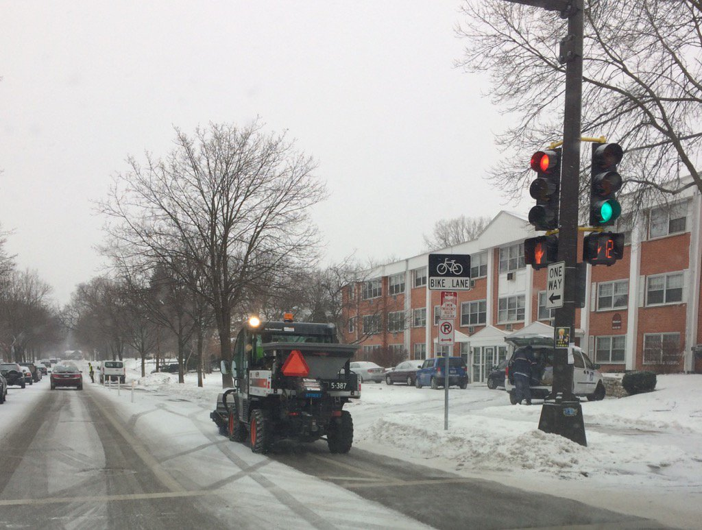 My first look at an ultra-cute Minneapolis bike lane snowplow (staring down a too-familiar illegally parked car) https://t.co/V0oiDuvJBz