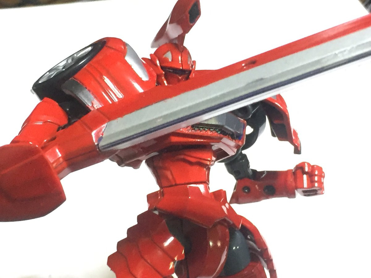 まず1台目のGTRを赤く塗装。本家に出なかったオリジナルカラー!ってことになるかしら盾の形も相まってなんだかライバっぽい