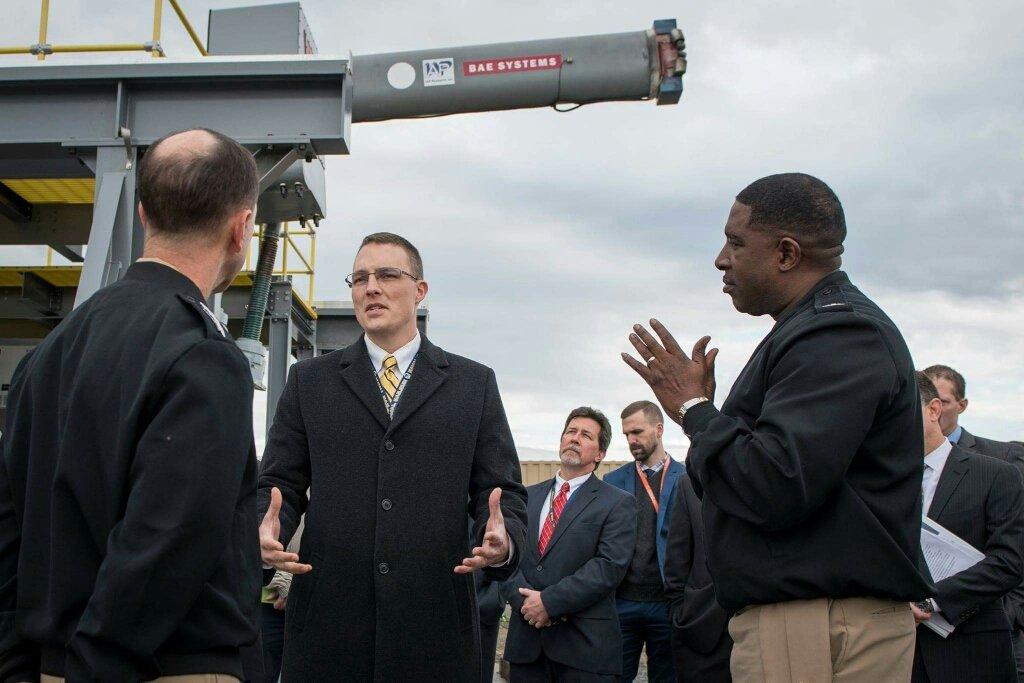 ジョン・リチャードソン海軍作戦部長が海軍特殊戦センターで艦載レールガンを見学したそうです。海上での射撃実験も始まるという