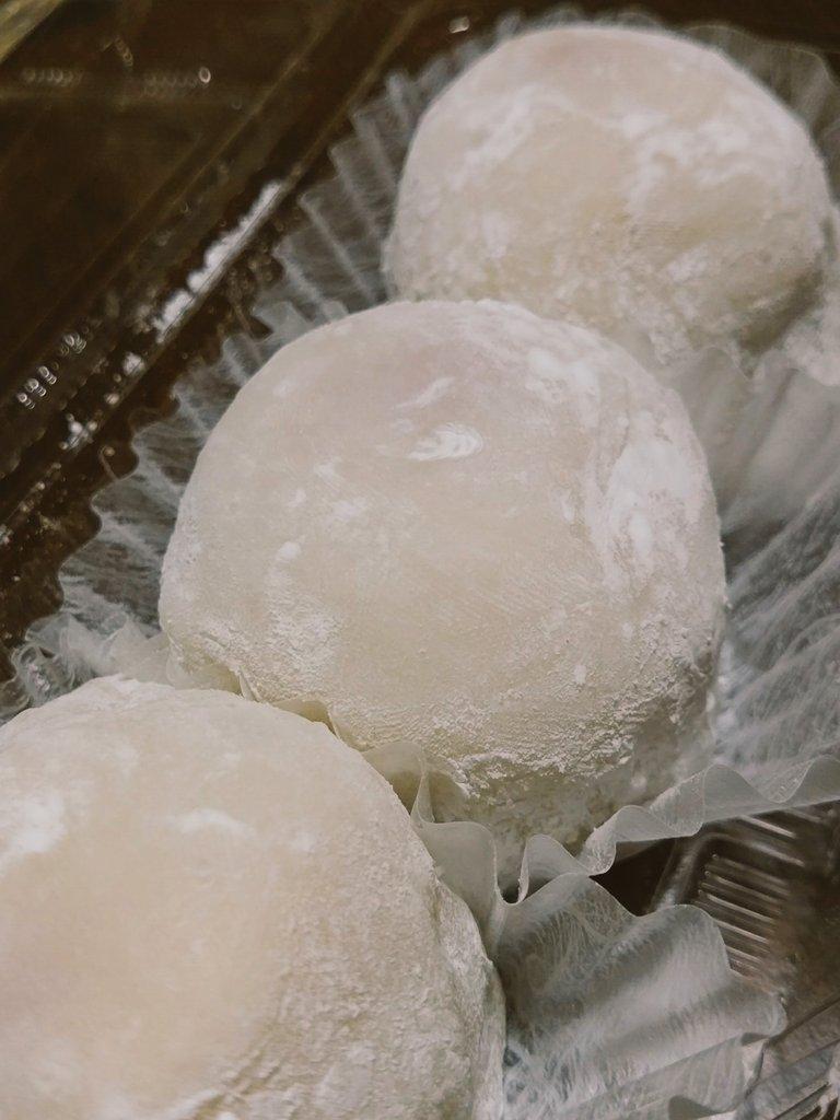 白あんのあまおう苺大福買って来ちゃったー(・∀・) あまウマあまウマ…。 https://t.co/gGkoQuSp82