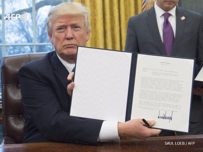 #instantanés: Trump signe l'acte de retrait des Etats-Unis du traité de libre-échange transpacifique (TPP) #AFP