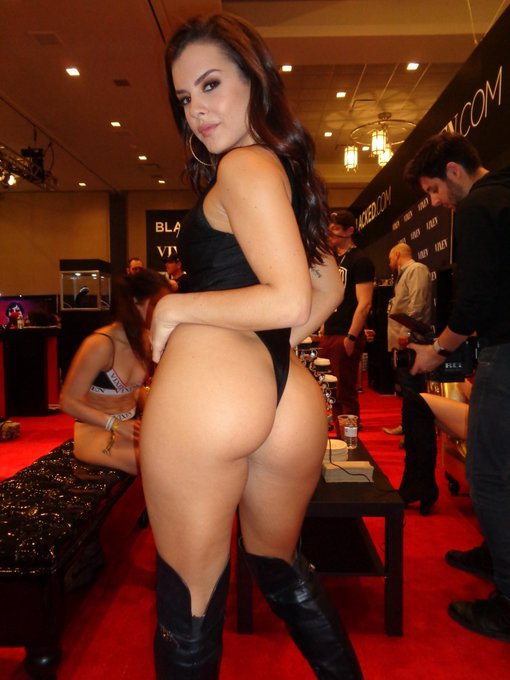 RT @joep213: @littlekeish Looking Hot & Sexy at @AEexpo https://t.co/oBBEHVNGXA