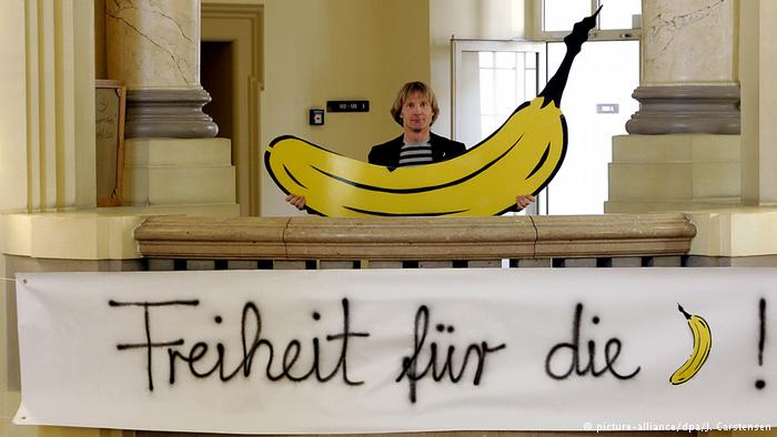 кто это на фото с бананом во рту