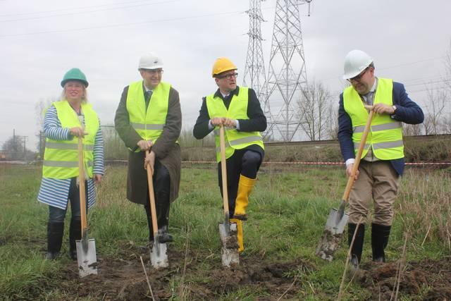 Ben Weyts en enkele helpers staan klaar om de fundering te graven voor het standbeeld van Theo Francken. https://t.co/U2aaJuVDlj