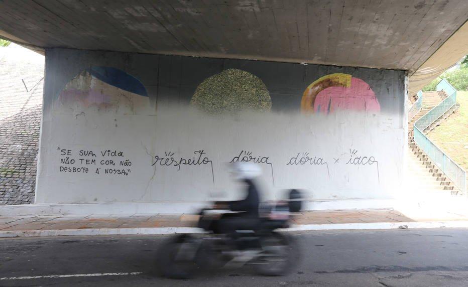 FOTOS: Após tinta cinza, 23 de Maio é pichada com nome de Doria https://t.co/4xCY7XoSZc