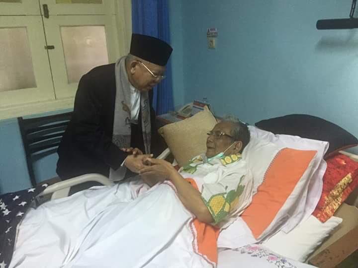 Rais Aam PBNU KH. Ma'ruf Amin menjenguk KH. Hasyim Muzadi. Semoga keduanya diberi kesehatan. Amin. https://t.co/8S0x3pO2Jz