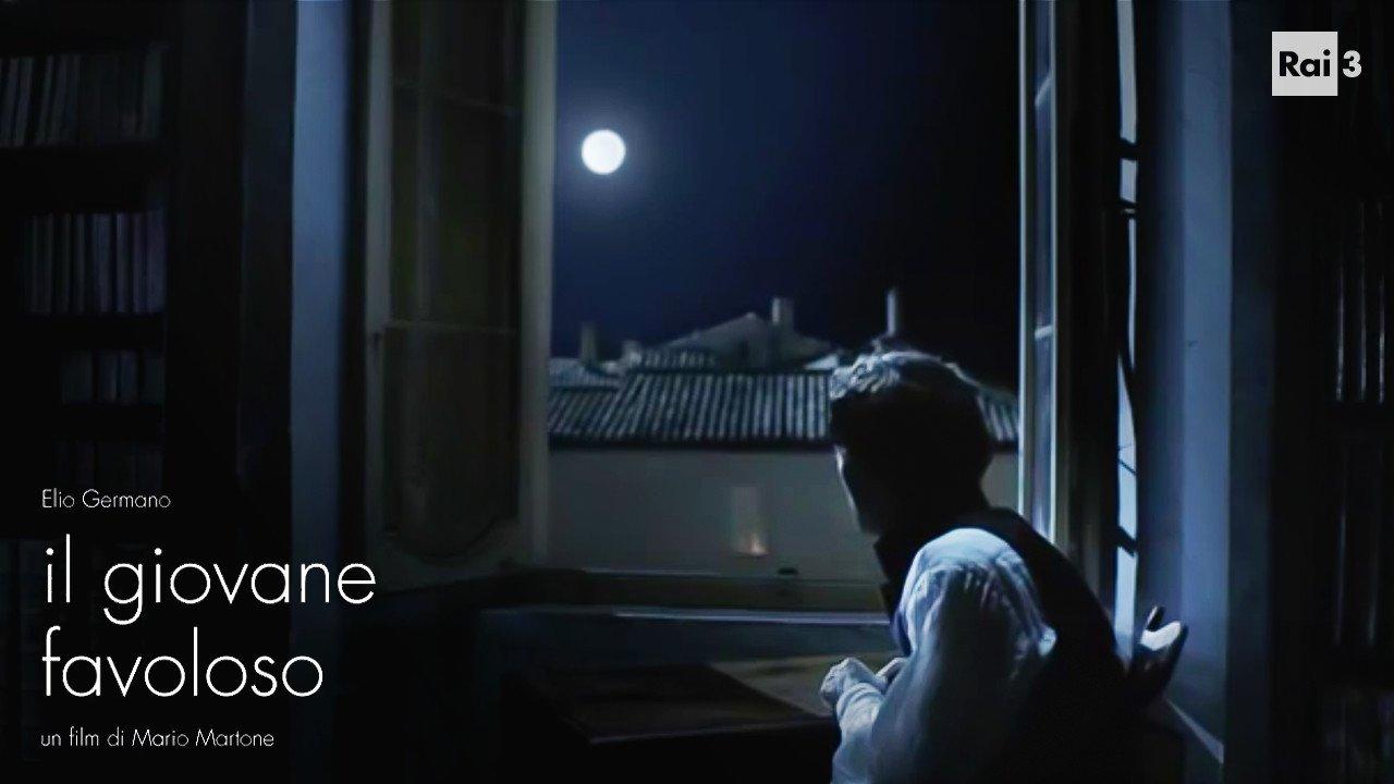 """""""Dolce e chiara è la notte e senza vento e queta sovra i tetti e in mezzo agli orti posa la luna"""" #IlGiovaneFavoloso con #ElioGermano. #Rai3 https://t.co/We4ofZlJRV"""