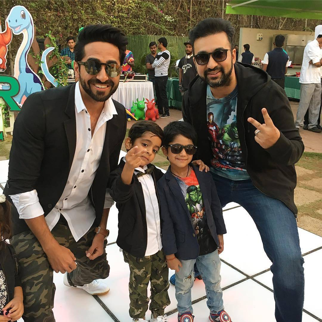 Like fathers, like sons- @ayushmannk and @TheRajKundra with sons; Virajveer and @ViaanRajKundra😍 https://t.co/edVEfe9S19