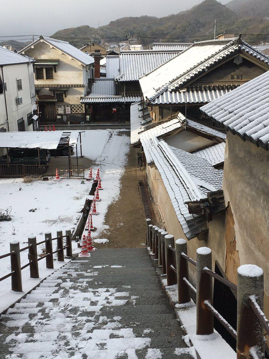 山陽方面に雪が降るたび気になっていたが、雪の普明閣階段、ようやく撮れた。しかしこの天気にもかかわらず、普明閣の上にはたま