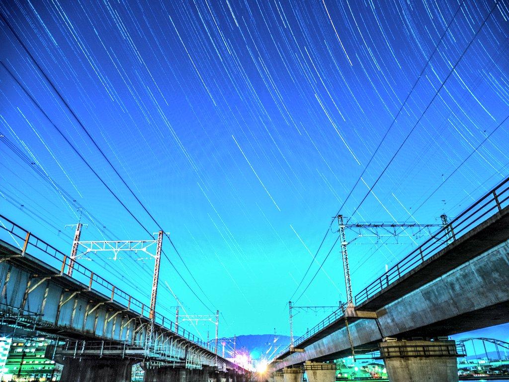 頭の中で思い描いていた中二恋の舞台で星の軌跡、ようやく撮影出来ました。橋の奥が明るくて、星の写りが少ないのが少し残念なの