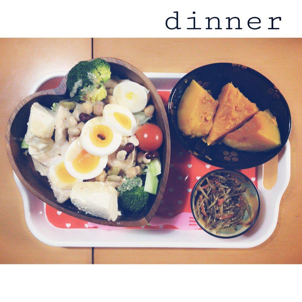 夜ごはん🌙☁️もやしとキャベツとブロッコリーとトマトとゆで卵とビーンズとお豆腐と胸肉のサラダ(ゴマドレ)きんぴらごぼ