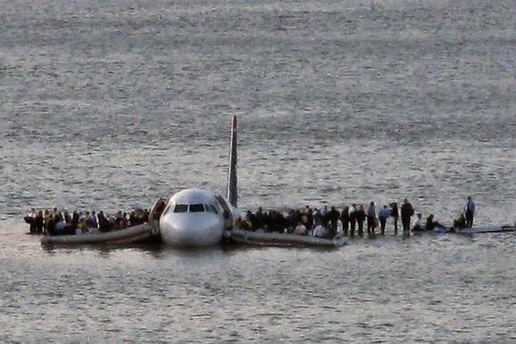 """Un día como hoy, pero del 2009, el vuelo 1549 de US Airways realizó """"el acuatizaje más exitoso"""" cuando después de d… https://t.co/kiayroyWcS"""