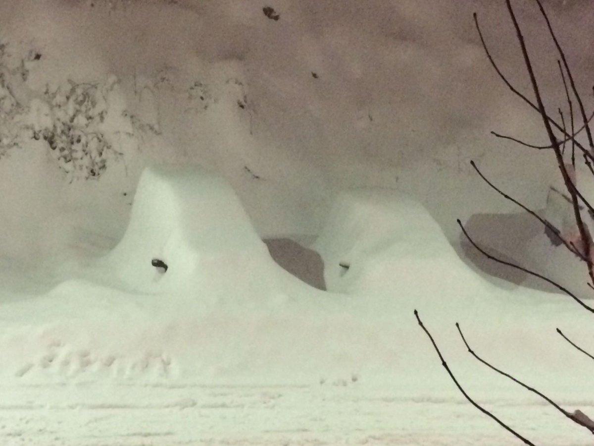 La nevada en Benasque va camino de algo serio. Foto de ahora mismo. Si, son coches. https://t.co/KHQkYHXHlf