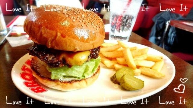 小澤亜李・ブログ更新。私のお昼ご飯はー  ハンバーガーでした('▽'*)以前、アクエリオンロゴスという作品でラジオで差し