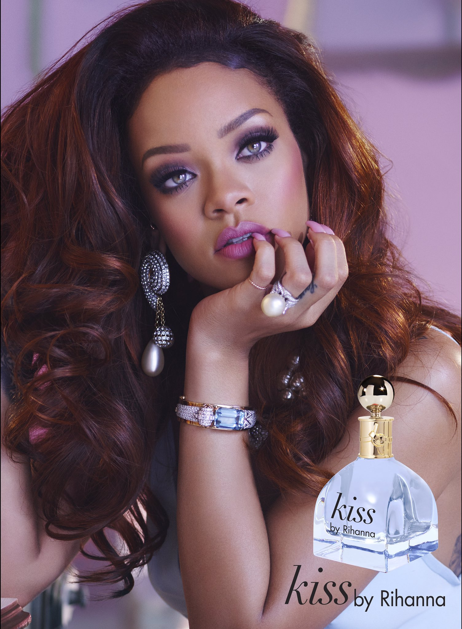 My new fragrance #RiRiKiss is available now, look for it @macys! Order it here —> https://t.co/mcj5k6a2L1 https://t.co/qWP0Kpbkuf